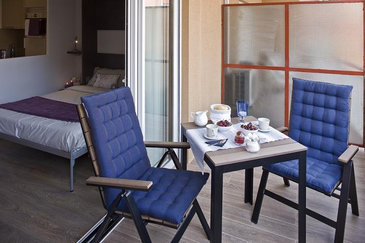 Terraza amueblada con 2 sillones con diferentes posiciones.