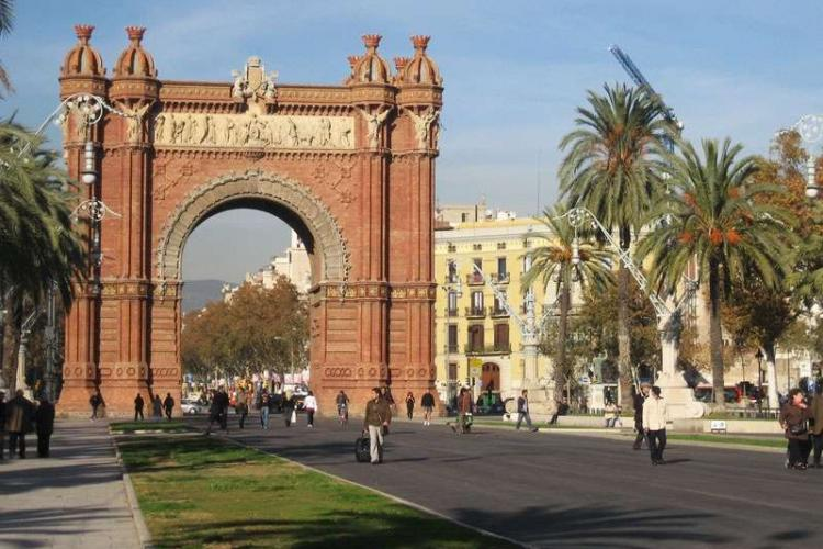Only few minutes walking from the Arc de Triomf and the metro station with the same name.