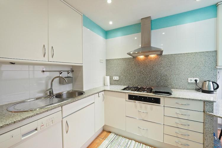 Fully equipped modern kitchen.