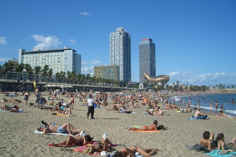The beach is easily accessible by Bus or by Metro.