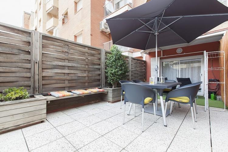 Piso con terraza para grupos en barcelona barcelona home for Pisos para terrazas y patios