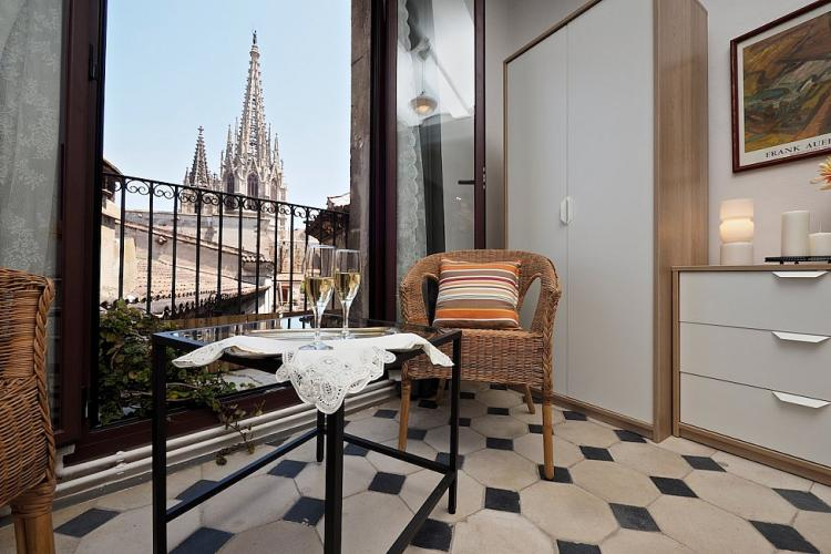 The main bedroom offers a scene like no other. Stunning view to the Placita de la Seu and the Cathedral of Santa Cruz and Santa Eulalia.
