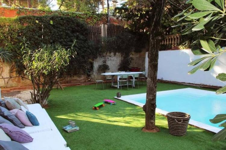 Casa modernista con jard n terraza y piscina para eventos for Imagenes de casas con jardin y piscina
