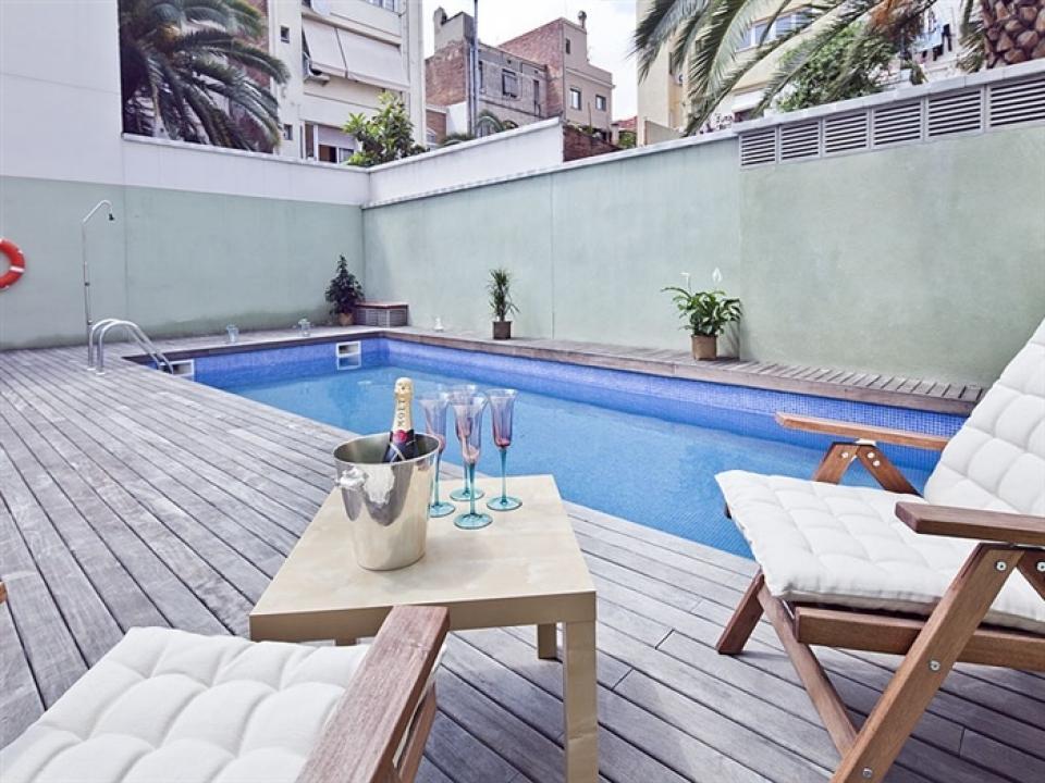 Loft de dise o con terraza y piscina en barcelona for Diseno de piscinas pdf