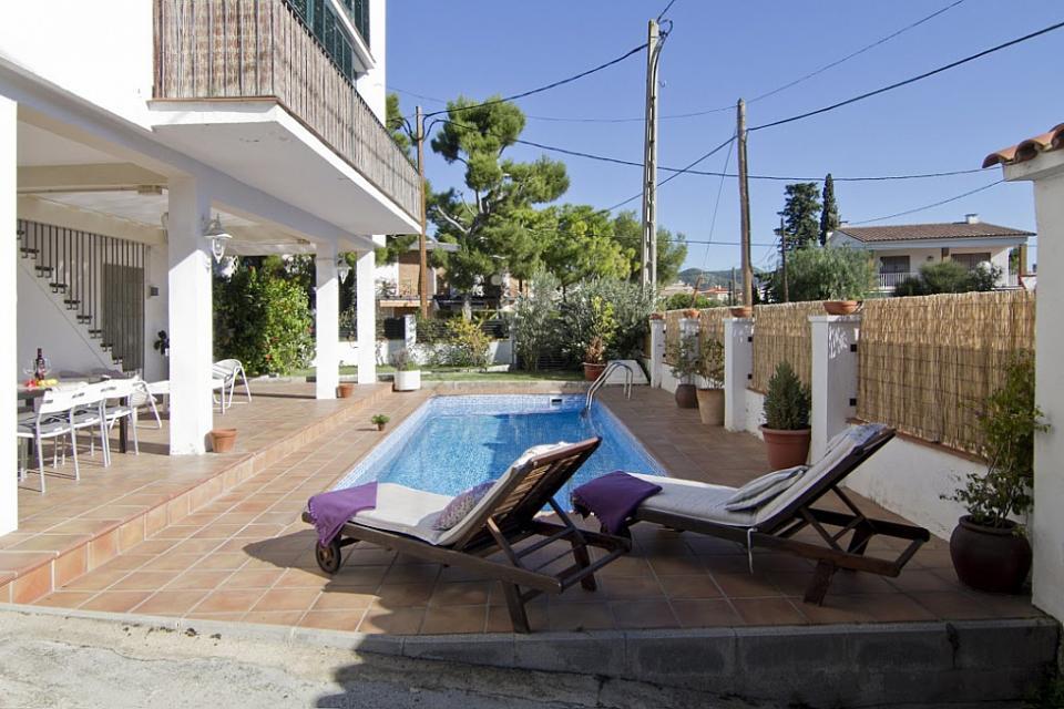 Casa sitges con piscina barcelona home for Casas con piscina barcelona