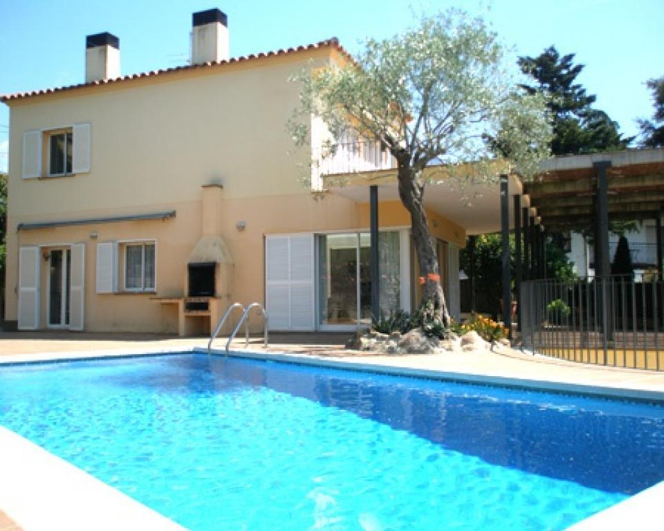 Espaciosa casa de vacaciones con piscina en blanes barcelona home - Apartamentos de vacaciones en barcelona ...