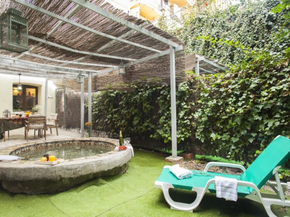 Duplex with large private terrace and jacuzzi barcelona home for Terrace jacuzzi