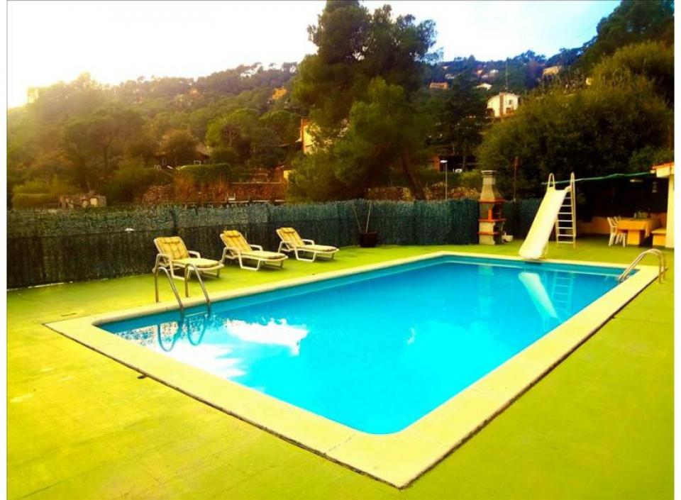 Magnificent villa with pool and 5 rooms near barcelona for Barcelona pool garden 4