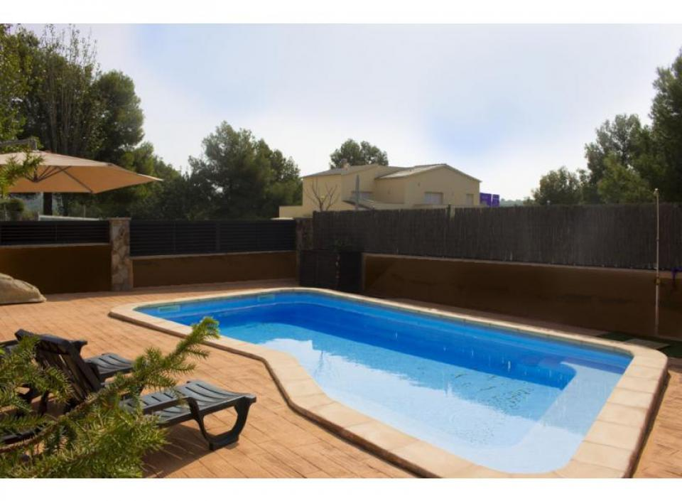 3 bedroom summer home with pool near cunit barcelona home for Barcelona pool garden 4