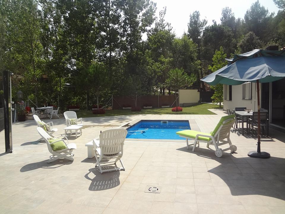 Acogedora casa con 3 habitaciones y piscina castellar de for Casas con piscina barcelona
