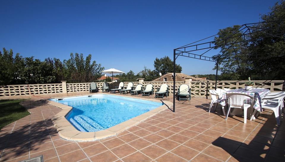 Encantadora casa con piscina y 3 habitaciones dobles para for Casas con piscina barcelona