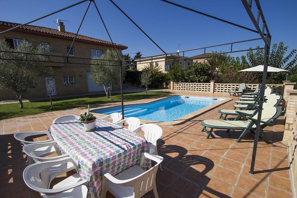 Encantadora casa con piscina y 3 habitaciones dobles para for Habitaciones con piscina dentro