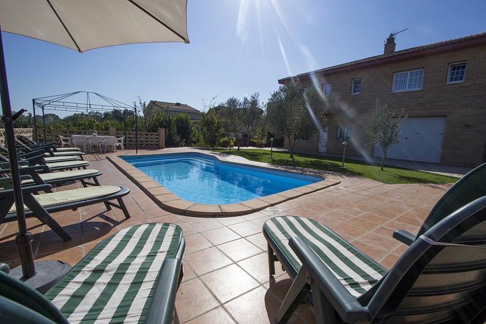 Encantadora casa con piscina y 3 habitaciones dobles para - Apartamentos para parejas ...