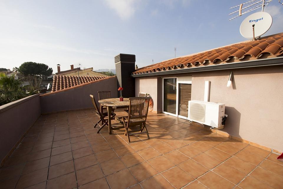 Casa de 2 pisos con piscina elevada en pineda de mar for Casas con piscina barcelona