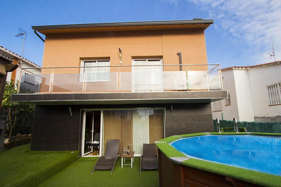 Casa de 2 pisos con piscina elevada en pineda de mar barcelona home - Pisos en pineda de mar ...