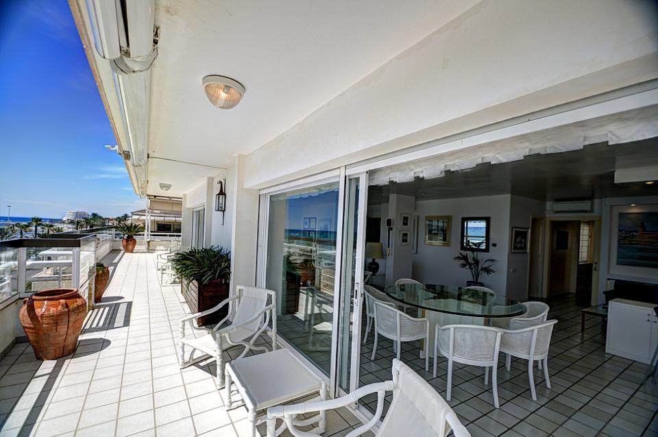 Attico di lusso con 4 camere da letto vicino alla spiaggia for Alla ricerca di 3 camere da letto