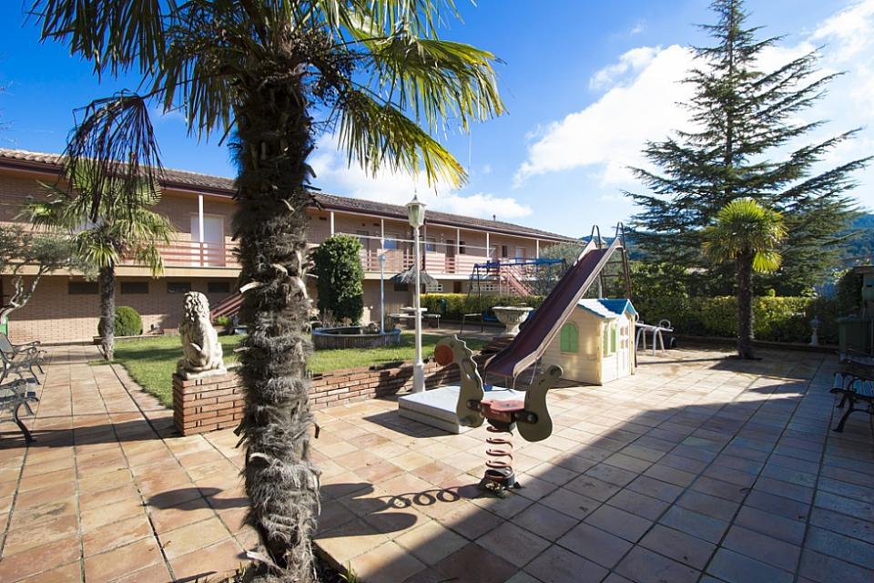 Espaciosa casa con piscina indicada para una familia la for Casas con piscina barcelona