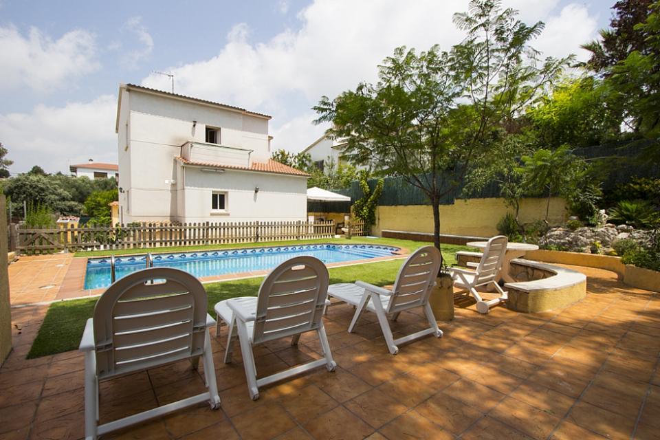 Casa familiar con piscina en el vendrell barcelona home for Casas con piscina baratas barcelona