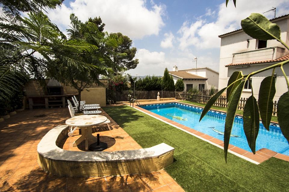 Casa familiar con piscina en el vendrell barcelona home for Piscina municipal el vendrell