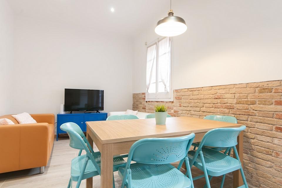 Precioso apartamento de 4 habitaciones en sagrada familia for Habitaciones para familias