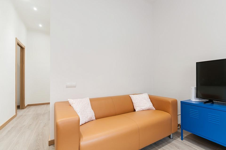 Gorgeous 4 bedroom apartment in sagrada familia for 3 renovated apt with spacious living room 10 pax