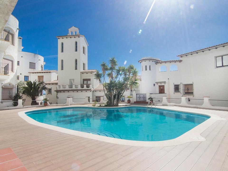 Apartamento con vistas al mar y piscina en sitges for Piscina sitges