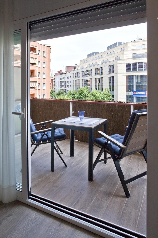 studio moderne avec terrasse priv e barcelona home. Black Bedroom Furniture Sets. Home Design Ideas