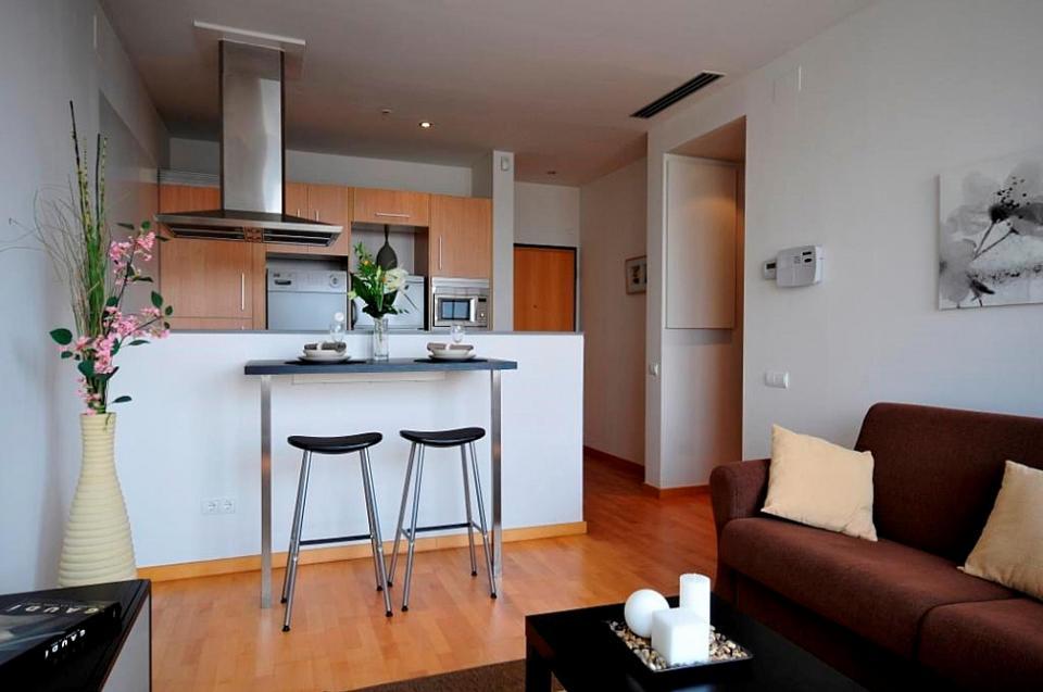 Appartamento soleggiato con vista sul mare in affitto a for Alberghi barcellona sul mare